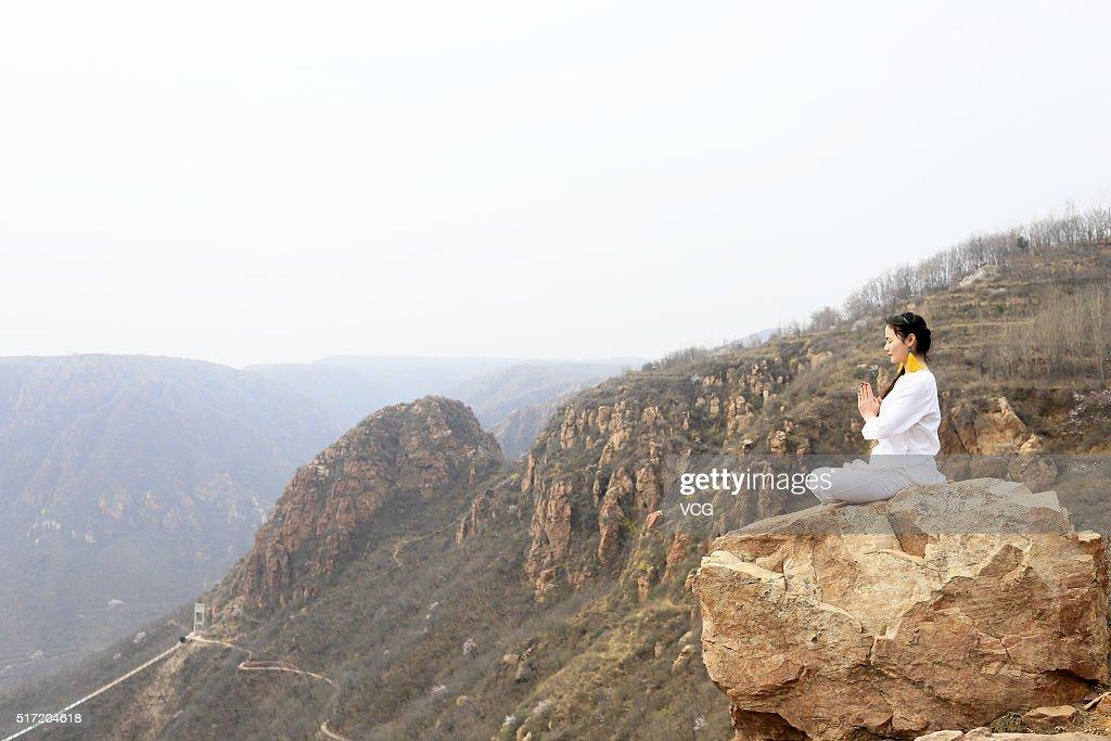 Yoga Enthusiasts Practice On Precipice In Zhengzhou : News Photo