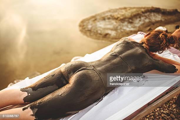 Femme faisant un soin à la boue au spa