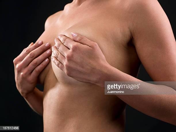 Femme faisant un examen des seins enregistrement en libre-service