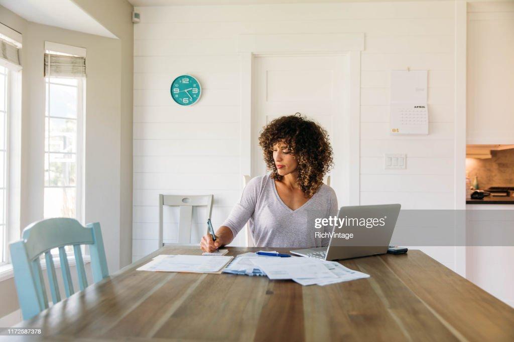 Mujer haciendo finanzas en casa : Foto de stock