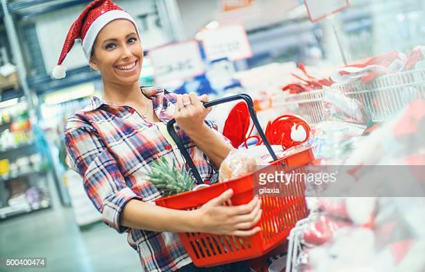 Mujer haciendo de compras por el supermercado en el supermercado.