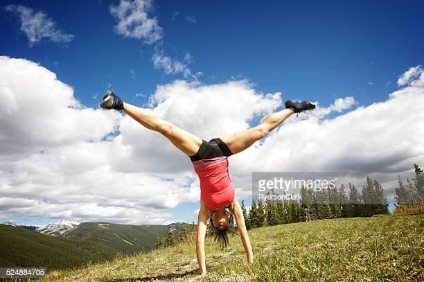 Frau machen Gymnastik in den Rocky Mountains