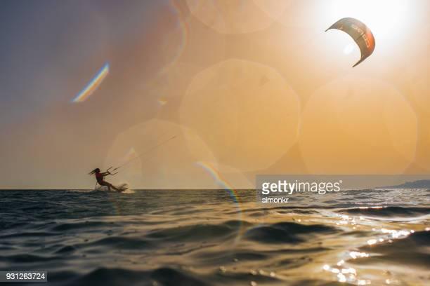 Frau macht Kitesurfen