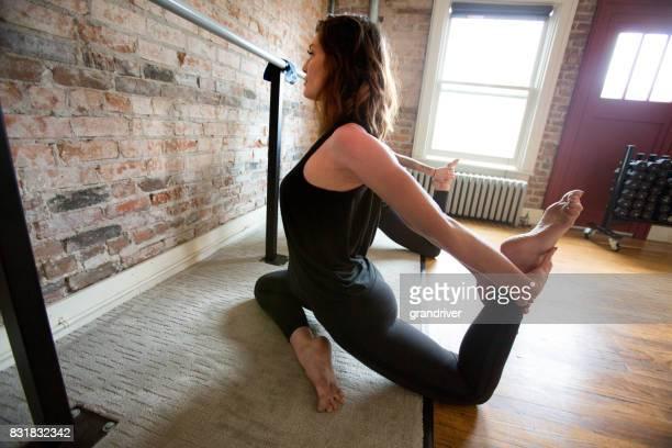 Vrouw doet been Stretch