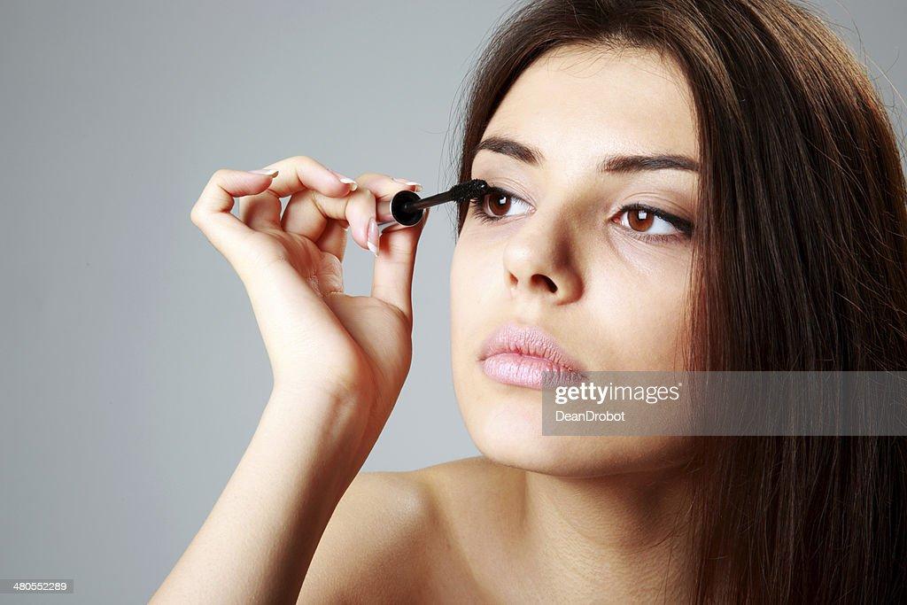 Mujer haciendo para maquillarse : Foto de stock