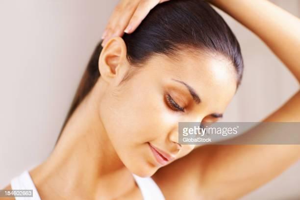 Mujer haciendo ejercicios de cuello