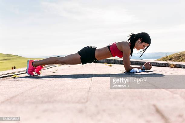 woman doing push ups, outdoor - plank exercise stock pictures, royalty-free photos & images