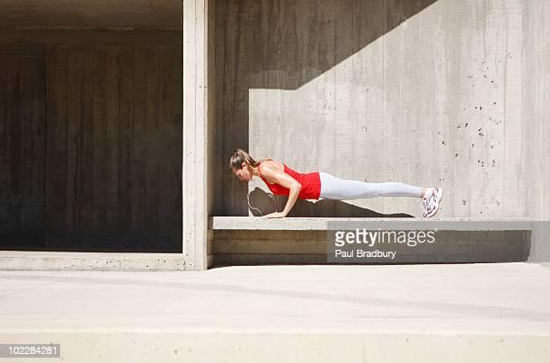 Frau tun, push-ups auf Beton Bank