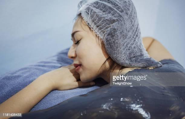 donna che fa servizio maschera corpo e cura della pelle, cellulite rimozione e riempimento collagene nella pelle - cellulite foto e immagini stock