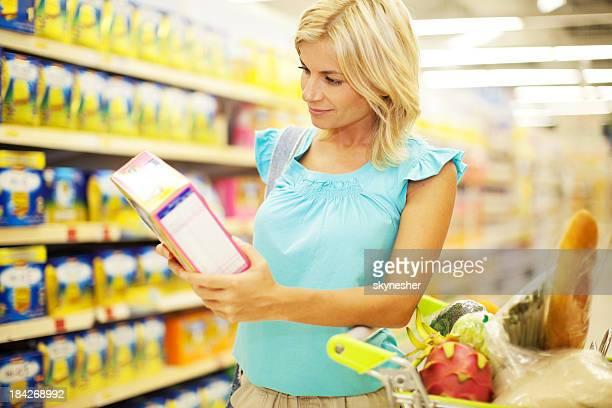 Frau beim Einkaufen von Getreide.