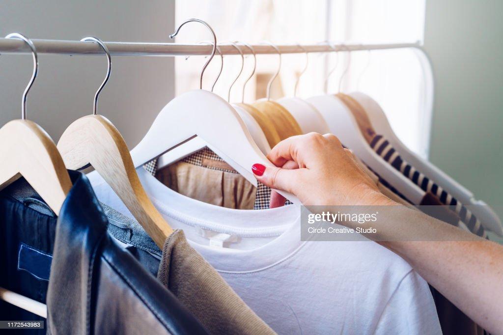 Vrouw doet winkelen : Stockfoto