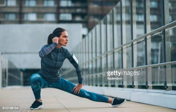 mulher fazendo lado lunges - flexionando perna - fotografias e filmes do acervo