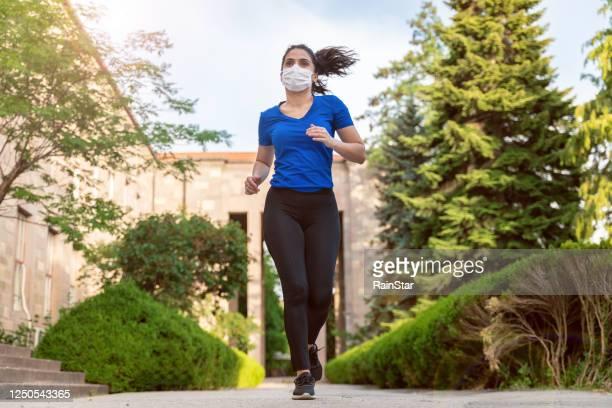 mulher praticando esportes ao ar livre - on the move - fotografias e filmes do acervo