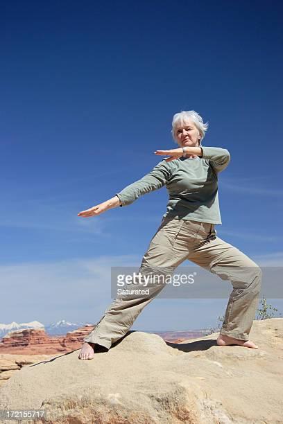 Femme faisant des cours de Tai Chi dans le désert
