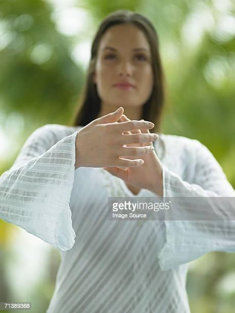 Femme faisant des cours de tai-chi