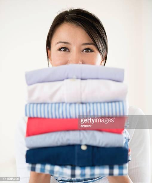 donna fare il bucato - capo di vestiario foto e immagini stock