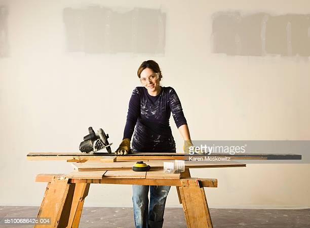 woman doing woodwork, smiling, portrait - bricolage photos et images de collection