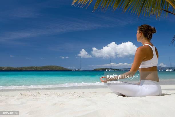 Femme, faire du yoga sur la plage dans les Caraïbes