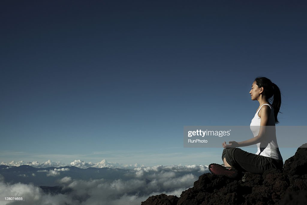 woman doing yoga at the mountain : ストックフォト