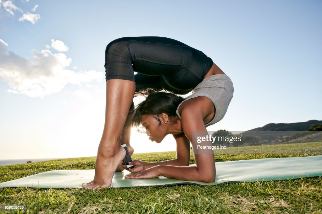 woman doing yoga in green field : Stock-Foto