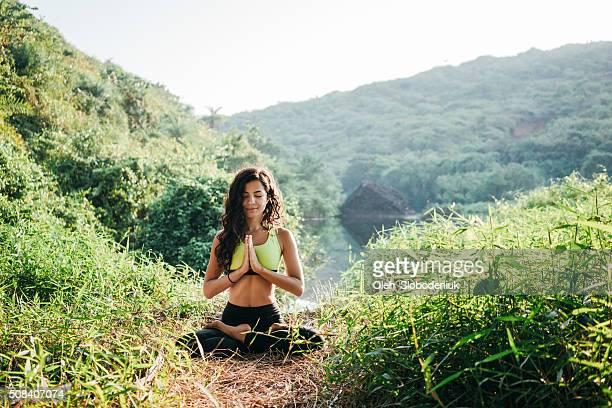 Femme faire du Yoga dans la jungle
