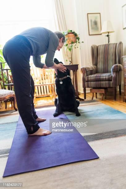 """60+ woman doing yoga in living room - """"martine doucet"""" or martinedoucet - fotografias e filmes do acervo"""