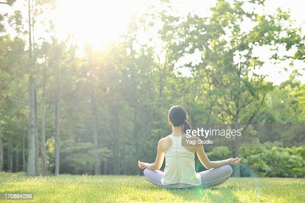 woman doing yoga in nature - sober leven stockfoto's en -beelden