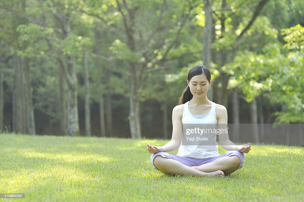 Woman doing yoga in nature : ストックフォト