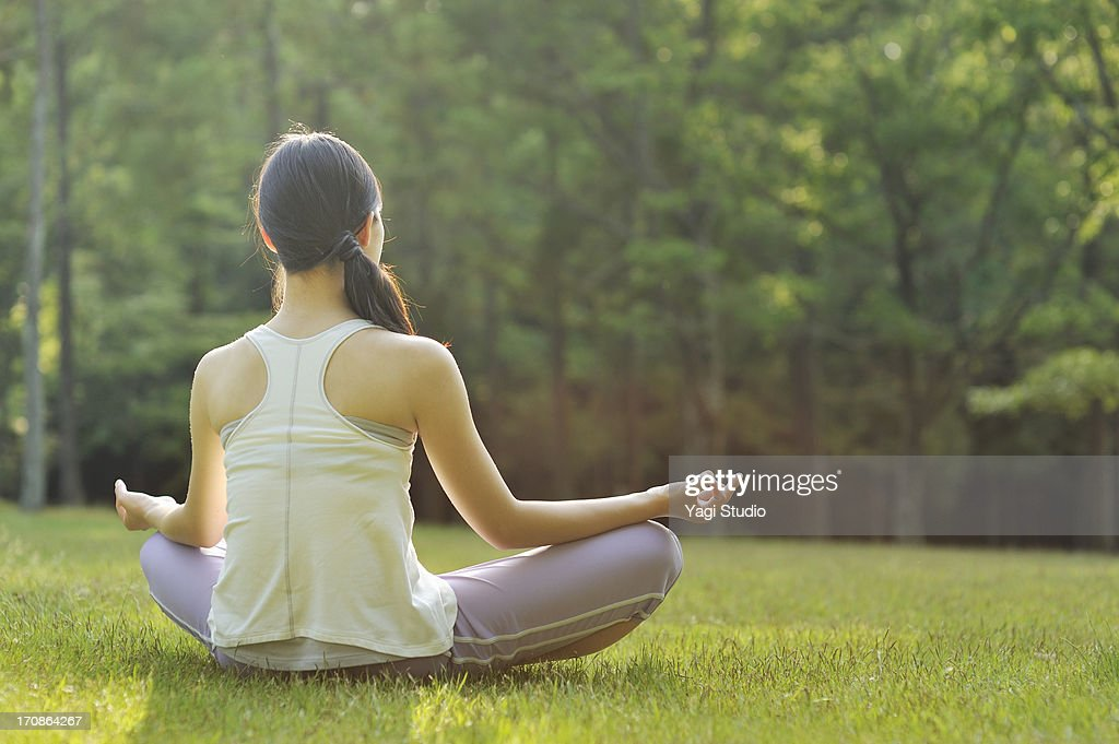 Woman doing yoga in nature : ストックフォト