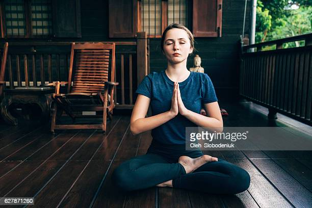 Femme, faire du yoga sur un balcon