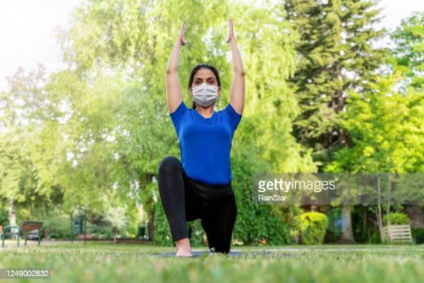 frau macht yoga im freien - turner syndrome stock-fotos und bilder