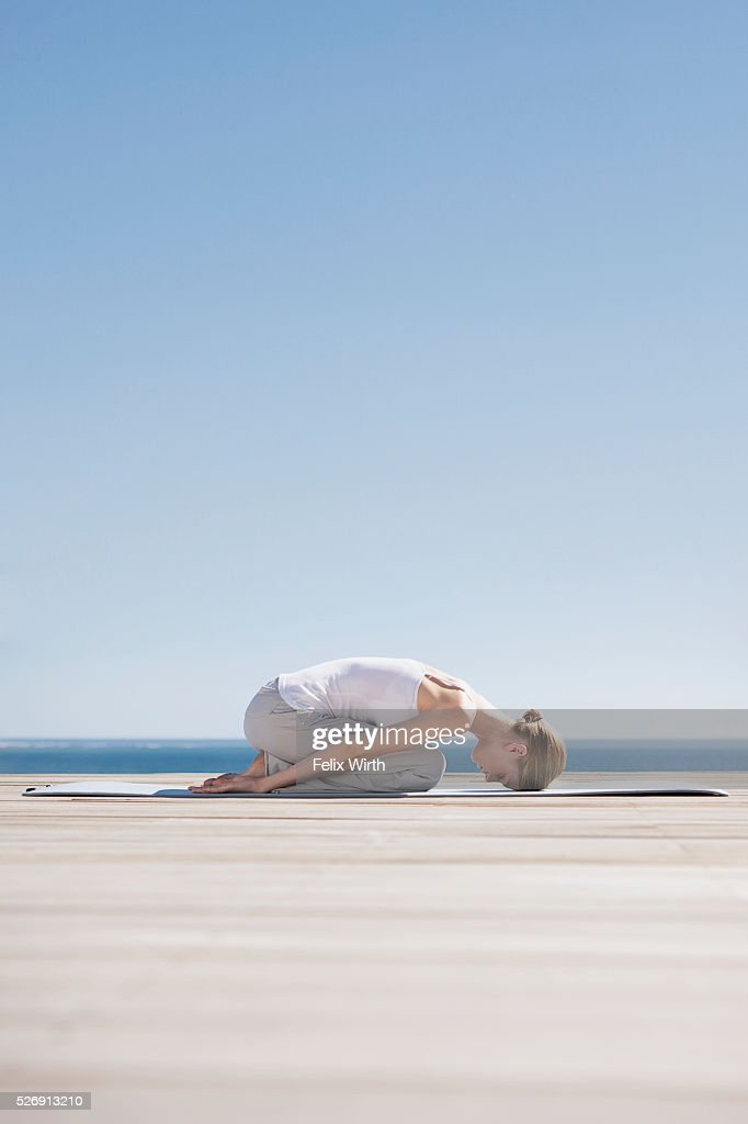 Woman doing yoga : Bildbanksbilder