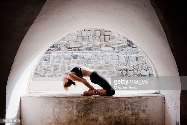 woman doing yoga - mysore - fotografias e filmes do acervo