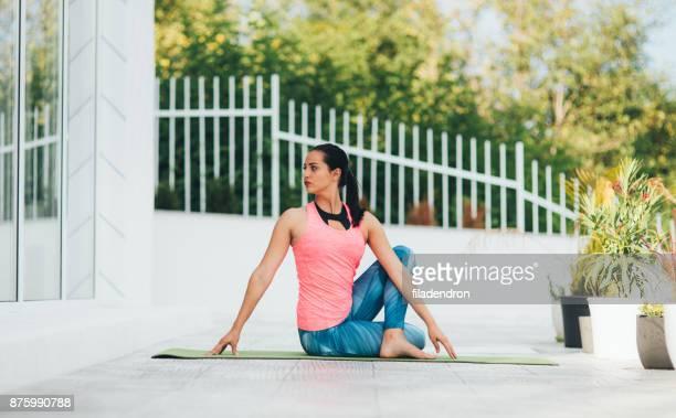 frau tun yoga  - verdreht stock-fotos und bilder