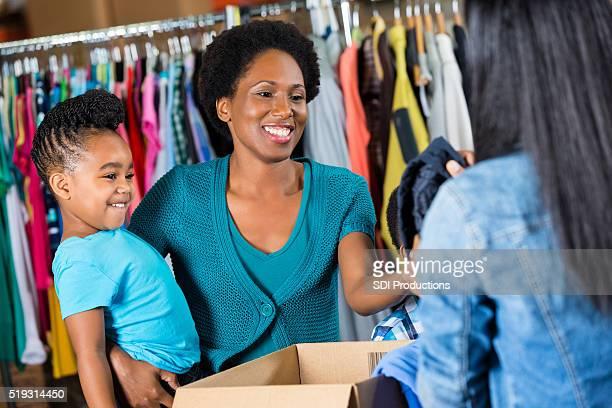 Mujer Dona el ropa para caridad