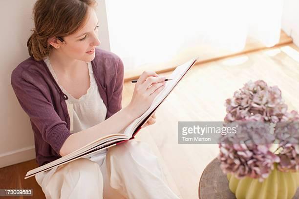 Femme dessin sur un bloc-notes