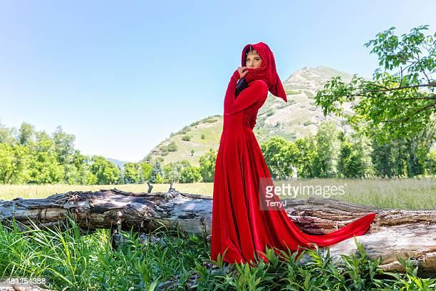 Frau gekleidet als Rotkäppchen
