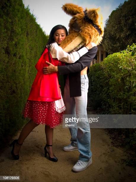 Frau gekleidet als Red Riding Hood umarmen Wolf