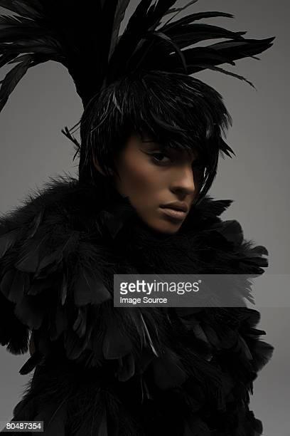 Eine Frau gekleidet in einem Feder-outfit