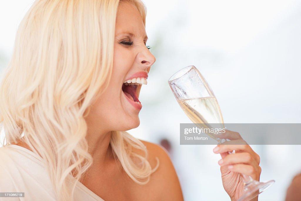 Frau trinkt Champagner : Stock-Foto