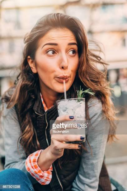 Frau trinkt cocktail