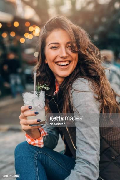 frau trinkt cocktail - kaltes getränk stock-fotos und bilder