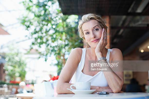 femme buvant un café au café - 45 49 ans photos et images de collection