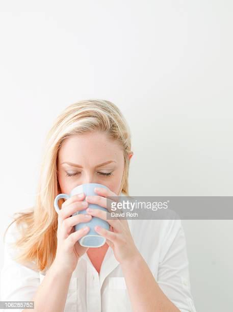 woman drinking coffee - feierliche veranstaltung stock-fotos und bilder