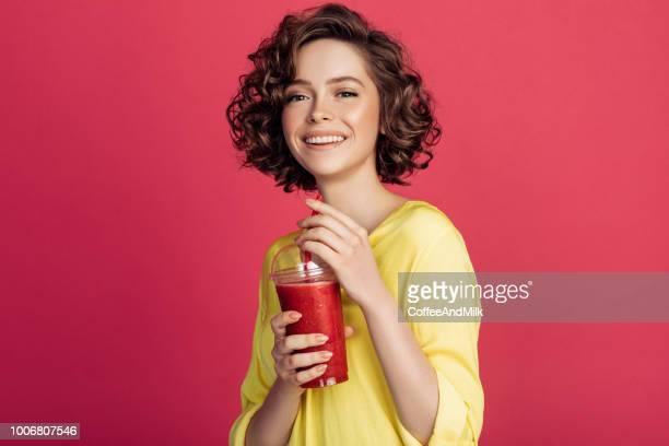 frau detox saft zu trinken - aktmodel stock-fotos und bilder