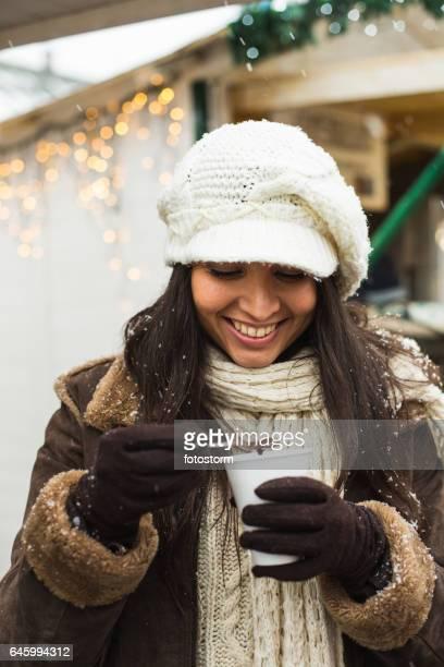 Frau trinken heiße Schokolade im freien