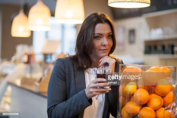 Frau trinken in der Bar