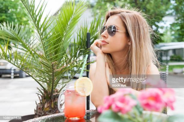 mujer bebiendo limonada - linda pop fotografías e imágenes de stock