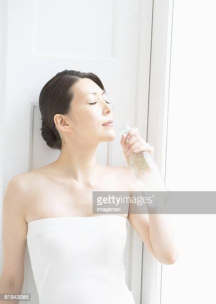 woman drinking mineral water - ストラップレス ストックフォトと画像