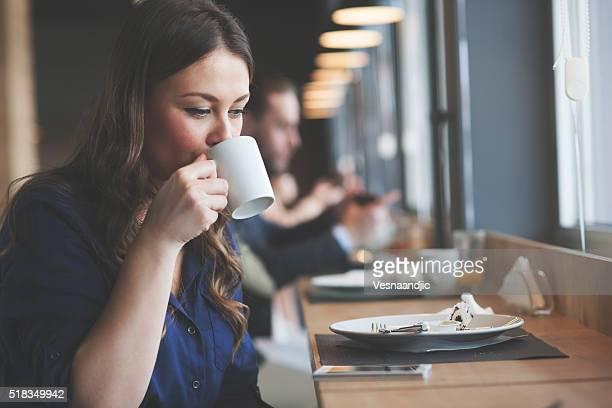 Mulher beber chá